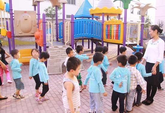 幼儿园开学孩子哭声一片 专家:家长要会放手
