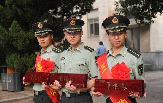 军校为毕业生发佩剑和身份牌被赞高大上(图)