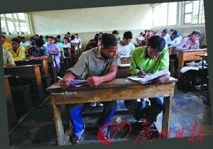 印度高中考试作弊招数:家长叠飞机 好友翻窗