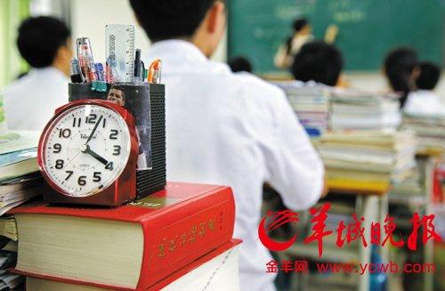 学生在课桌上摆放着闹钟,随时掌握时间
