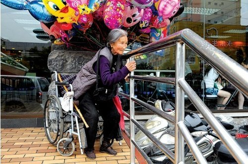 郑州气球奶奶坐轮椅出摊 为省钱每天只吃一个馒头