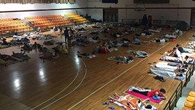 宿舍没空调 百名大学生体育馆过夜