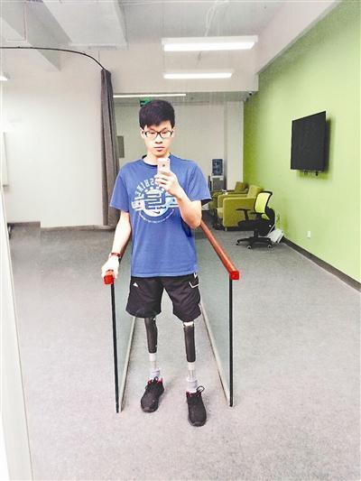 """""""科比男孩""""李安强第一次朋友圈发了自己的义肢。图片由受访者提供"""