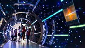 小学把昏暗走廊改造成星际隧道