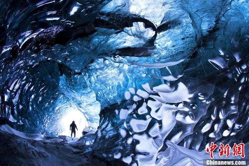 摄影师拍摄欧洲最大冰洞 展现大自然梦幻鬼斧神工
