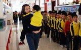 小学生崴脚女老师抱她上下课