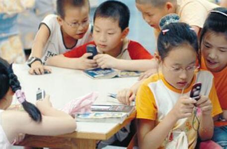 逾八成家长为学生配智能手机 专家:需合理控制