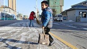 7岁男生假期每天帮妈妈铲雪:不想让她太辛苦