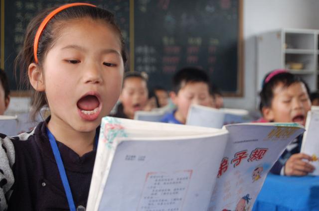 诵经典,学礼仪:中国小学生暑假变国学小书童图片
