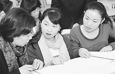 北京语言大学,几位我国首批汉语国际教育专业硕士研究生同老师在一起。 段正永摄
