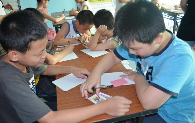 重庆一小学趣味数学课:扑克牌玩24点算术游戏