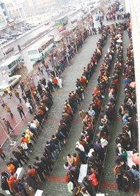 """2006年3月16日,乌鲁木齐市,公务员考试报名""""长龙""""排出约一公里。张新军摄"""