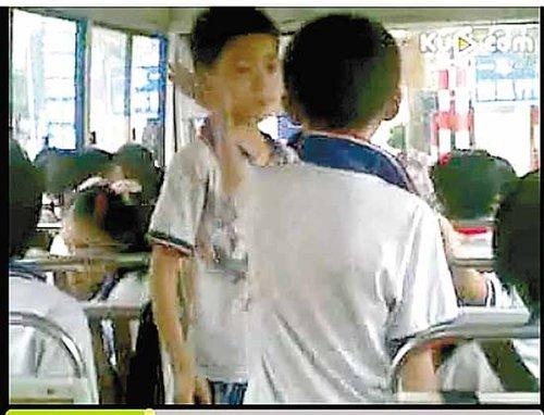 广州两名小学生坐校车迟到 被罚互扇数百耳光