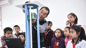 """小学里的""""机器猫""""老师 18年来潜心造教具"""