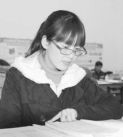 大连大学图书馆_王萍在大连大学图书馆学习 记者 王金海摄