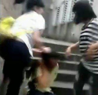 初中女生遭同龄女生群殴 拍摄者在旁起哄(图)