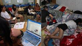 大学生当志愿老师 图书馆内打地铺