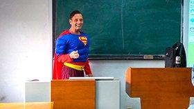 """高校外教化身""""超人""""上课获学生点赞"""