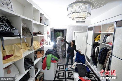 成都90后美女为懒人整理衣柜 月入近万
