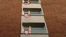 大学生吊筐拿外卖 公寓窗台被磨坏