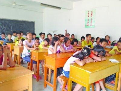 孩子铺草席睡教室 <a href='http://www.zxcy999.com/' class='text_a'>暑期夏令营</a>竟成补课集中营