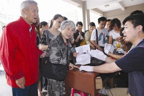 """攻读研究生怎奈外语""""卡"""" 78岁老奶奶第3次冲刺"""