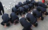 韩国高考举行 后辈跪地支持