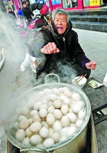 摊贩校门口讨小学生尿煮童子蛋入选当地非遗 组图