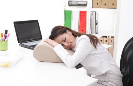 女人睡觉不盖被子图片