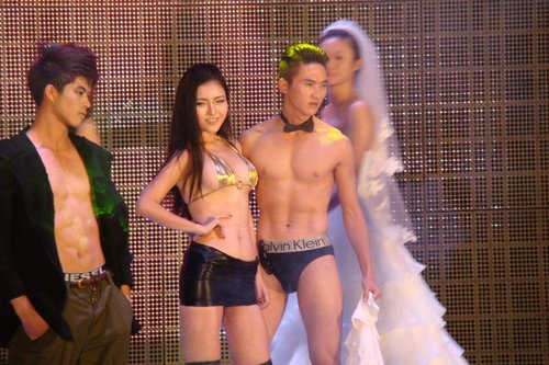这样的表演模特并没有不穿衣服