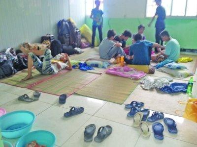 孩子铺草席睡教室 暑期夏令营竟成补课集中营