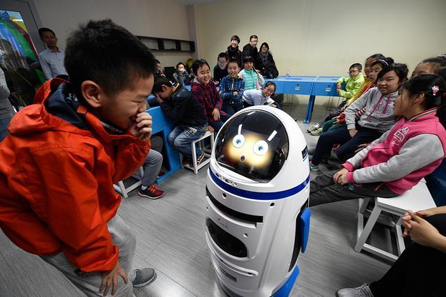 引入人工智能 机器人小胖进课堂