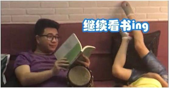 """��""""博�W老爸""""遇上十�f↑���槭谗崦韧� �W友��集�w朝镜头拜"""