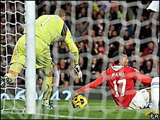 controversial apparent hand-ball incident during Man Utd v Spurs football game