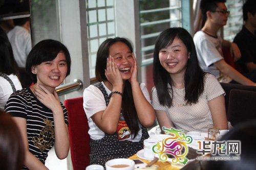 重庆:高考结束学生忙聚餐 部分餐馆预定一周后
