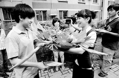 2011年辽宁省首份高考录取通知书顺利送达