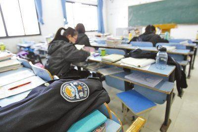 """河南警察学院考研的学生们用警服占座位,算得上""""最强占座法""""了吧."""