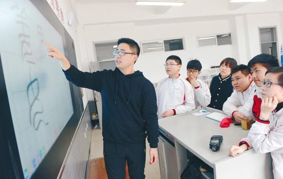 班主任用小篆体为学生写姓名贴:希望燃起学生对书法的热爱