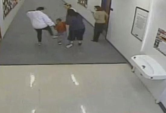 美国小学辅导员被拍到多次踢打一年级逃课学生