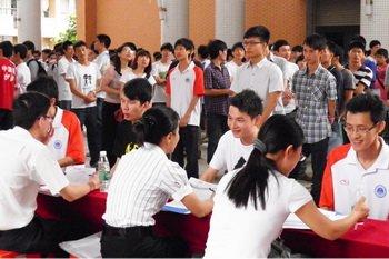 华工广州学院举办园招聘会 学生多想积攒经验