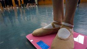 舞蹈系开学称体重 超重罚跑10圈