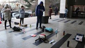 考试党用水杯、书包等占位排长队 场面壮观