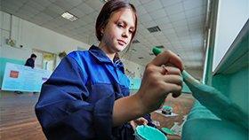 俄罗斯学生开学季:自己粉刷教室