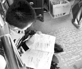 小学生赶作业公交车当书桌 网友感慨学习压力大图片