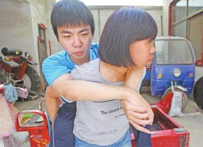 母亲背瘫痪儿子求学14年 换来高考645分高分