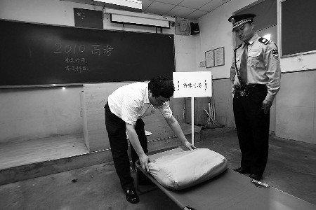 青岛为一考生专设单人考场 趴在床上答题(图)