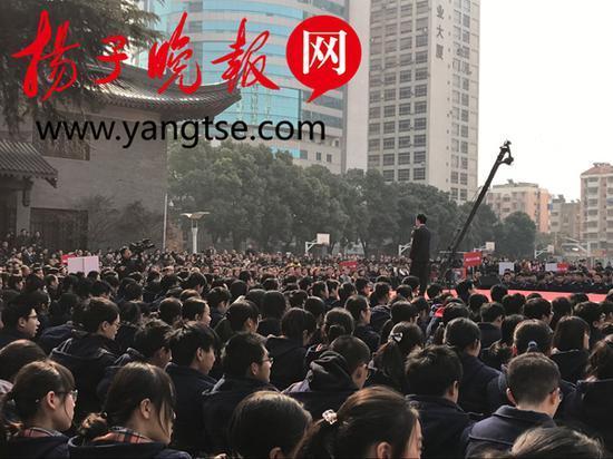开放平台上的学生成人礼演讲。