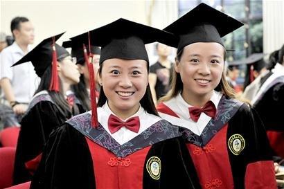 双胞胎女博士一起学医同毕业