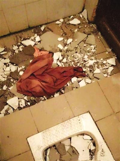 大学女生在宿舍洗澡时被坠落的天花板砸伤(图)