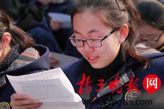 学生含泪读家书。